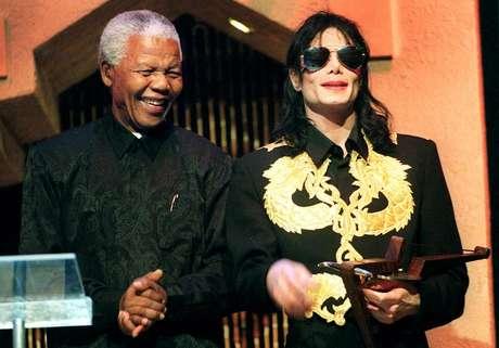 <p>Nelson Mandela com o cantor Michael Jackson (dir.)em Sun City, em 4 de setembro de 1999</p>