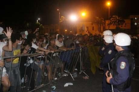 <p>Grupo ameaçou invadir a prefeitura e de Belém durante protesto. Manifestantes chegaram a forçar a grade que cerca o prédio</p>