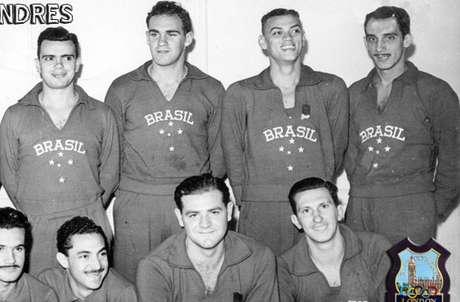 <p>Em pé, Nilton Pacheco é o último à direita com otime que disputou a Olimpíada de 1948</p>