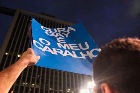 <p>Cerca de 300 pessoas participaram de mais um protesto, na noite desta quarta-feira, em São Paulo, para pedir a saída do deputado Marco Feliciano (PSC-SP) da presidência da Comissão de Direitos Humanos da Câmara</p>