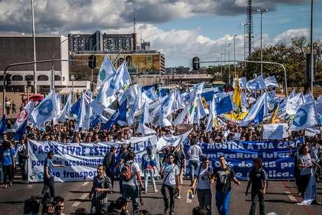 Estudantes ligados à UNE fazem marcha em Brasília por mais investimento em educação