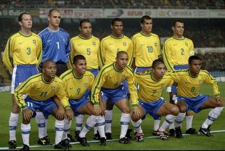 Seleção Brasileira perfilada em Vigo: jogo mais relevante pelo extracampo