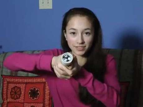 <p>A canadense Ann Makosinski, 15 anos, criou um novo tipo de lanterna que usa o calor da mão do usuário - em vez de pilhas ou baterias - para funcionar. A estudante é finalista do Google Science Fair com sua ideia. Ela afirma que precisa apenas de 5 graus de diferença de temperatura para criar a energia necessária para acender a lâmpada LED</p>