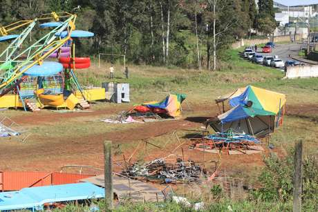 <p>Um grupo de moradores de Colomborevoltados com o assassinato de Taynádestruiu brinquedos do parque de diversões</p>