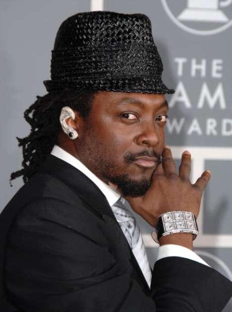 <p>O rapper Will.i.am mostra que a moda não é só das modas e usa modelo chamativo do acessório</p>