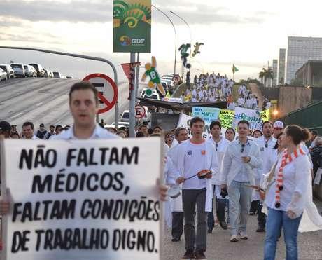 De jaleco, centenas de médicos protestaram em Brasília nesta sexta-feira