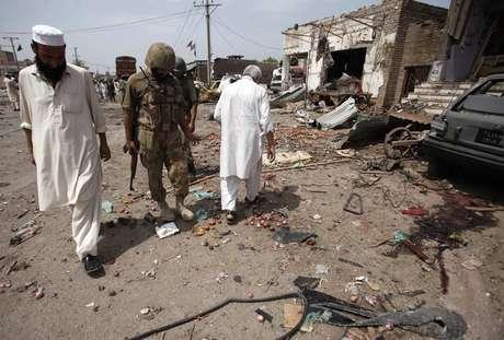 <p>Peshawar: não se sabe se os explosivos foram detonados à distância ou por um suicida</p>