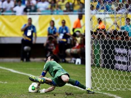 <p>Buffon defendeu três pênaltis e decidiu para a Itália</p>