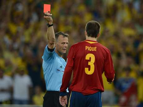 <p>Piqué foi expulso no segundo tempo após falta dura em Neymar</p>