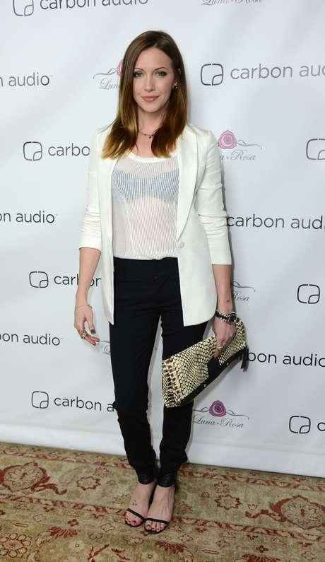 <p><strong>Confere sofisticação ao jeans com sapatilha:</strong>a combinação jeans e sapatilha é confortável e curinga, no entanto, dependendo das outras peças, pode ficar despojada demais. Para dar mais look ao visual, que tal apostar no blazer branco? A atriz Katie Cassidy combinou blazer branco com sandália preta sem salto</p>