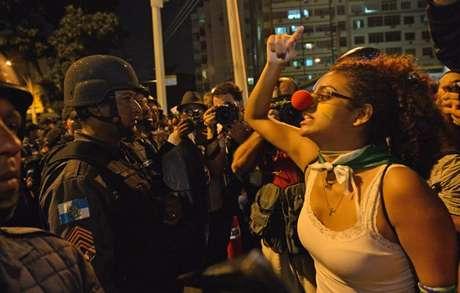 <p>Cena nas portas do Maracanã no dia 30 de junho de 2013; enquanto Brasil vencia a Espanha na final da Copa das Confederações, arredores do estádio tinha confronto entre manifestantes e policiais</p>