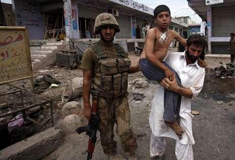 <p>Feridos foram transferidos para um hospital próximo de Peshawar</p>