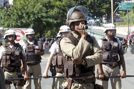 <p>Policiasfazem bloqueio nos acessos do estádio Arena Fonte Nova, em Salvador (BA), durante protesto do MPL</p>