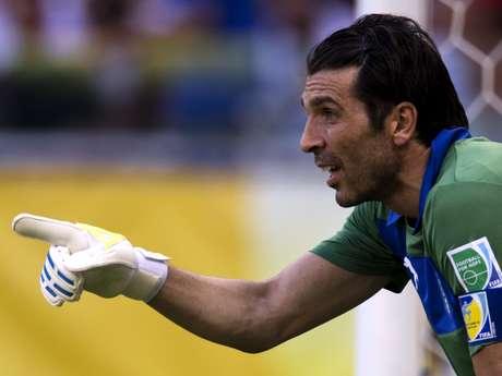 <p>Buffon pegou tr&ecirc;s p&ecirc;naltis e decidiu a favor da It&aacute;lia</p>