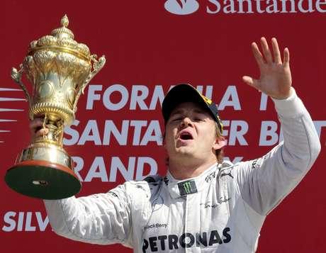 <p>Alemão celebra vitória no GP da Inglaterra, neste domingo (30); ele está a apenas 50 pontos do líder</p>