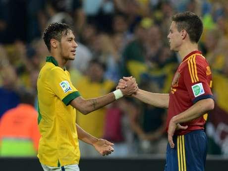 <p>Argentino disse que Neymar ainda não está no mesmo patamar de Messi, que desconversou</p>