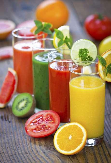 <p>Sucos, chás e alimentos são ótimas alternativas para sair do consumo exclusivo de água</p>