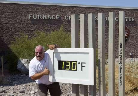 Craig Blanchard posa ao lado de termômetro marcando 130°F (54,4°C) no Parque Nacional de Death Valley no sábado. A medida não era oficial