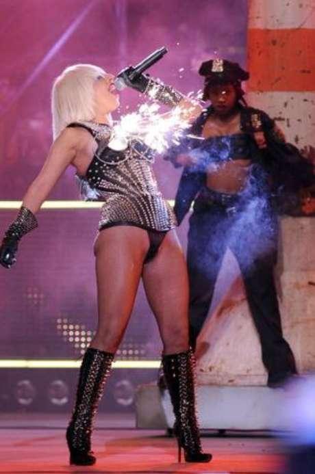 <p>Gaga causou furor na premia&ccedil;&atilde;o Much Music Awards de 2009 ao usar um suti&atilde; de cone de fogos de artif&iacute;cio</p>