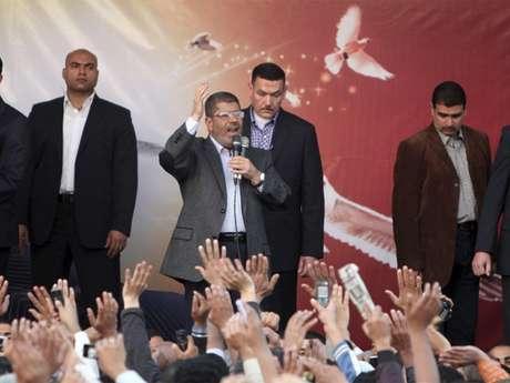 Anúncio de decretos gerou crise nova política na jovem democracia egípcia