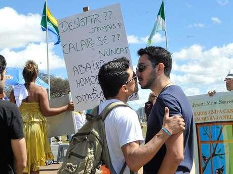 """<p>Em protesto contra projeto conhecido como""""cura gay"""", manifestantes fizeram """"beijaço"""" em Brasília</p>"""