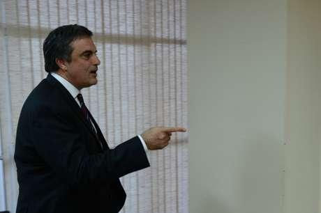 <p>Ministro da Justiça, José Eduardo Cardozo, disse que Executivo não trabalhará no Congresso pela inclusão ou exclusão de temas do plebiscito</p>