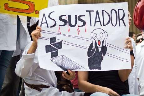 Cartaz no Rio de Janeiro usa imagem imortalizada no quadro O Grito, de Edvard Munch, para criticar o Sistema Único de Saúde: asSUStador