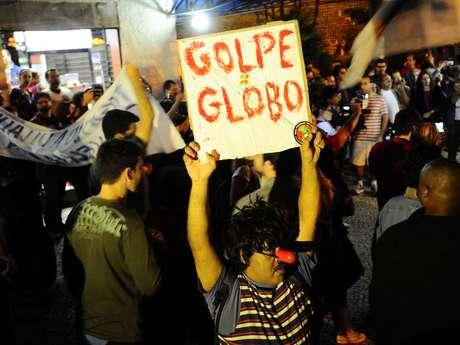 <p>Na capital fluminense, a manifestação reuniu cerca de cem pessoas nesta noite</p>