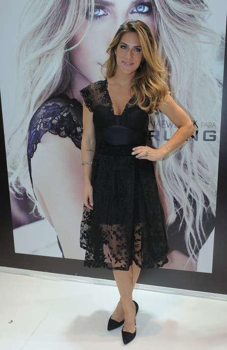 <p>Vestido preto e unhas claras foram a aposta de Giovanna Ewbank</p>