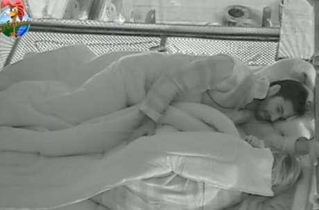 <p>O casal dormiu agarrado na noite de ontem</p>