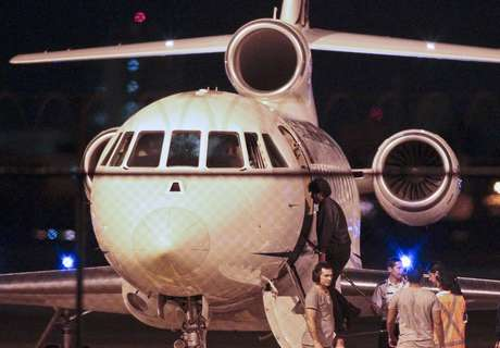 Presidente boliviano é visto fora do avião presidencial em Fortaleza