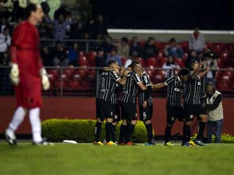 <p>Jogadores festejam o gol de Renato Augusto, que deu a vitória ao Corinthians; equipe alvinegra tem a vantagem do empate para o Pacaembu</p>