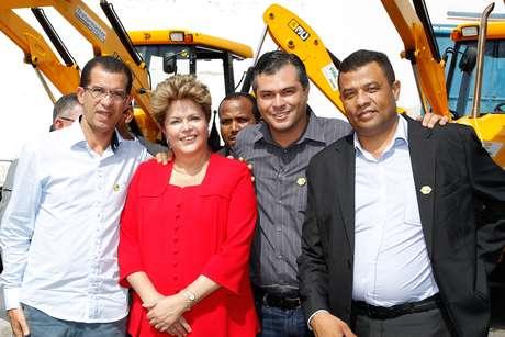 Dilma Rousseff posa para foto com prefeitos durante cerimônia de lançamento do Plano Safra Semiárido 2013/2014