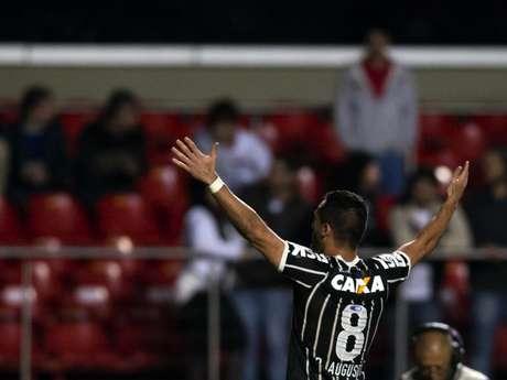 <p>Renato Augusto fez um golaço ao encobrir Rogério Ceni no Morumbi</p>