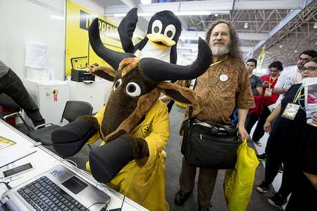 <p>Stalman posa para foto ao lado dos mascotes do software livre</p>