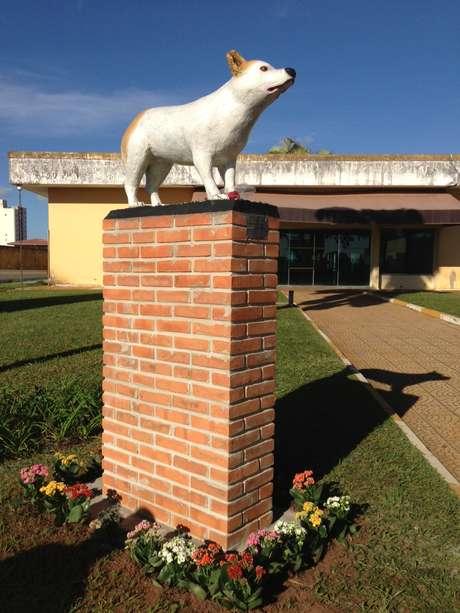 A estátua da cachorra foi colocada no jardim do cemitério