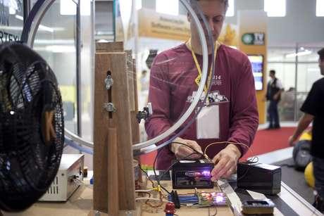 Engenheiro metalúrgico Thomas Soares expõe experimentos com bobinas em área de energia livre