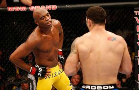 <p>Durante a luta, Anderson Silva colocou a m&atilde;o na cintura diante de Chris</p>