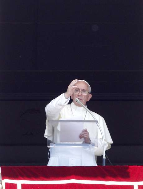 O papa Francisco dá bênção dominical na Praça São Pedro