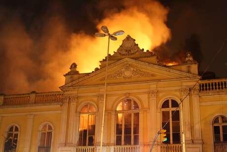 <p>Mercado Público de Porto Alegre foi atingido por um incêndio no sábado</p>