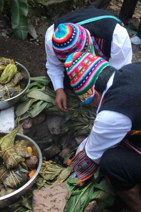 <p>No caso do Sumaq Machu Picchu Hotel, a pachamanca é preparada a beira do rio Urubamba</p>