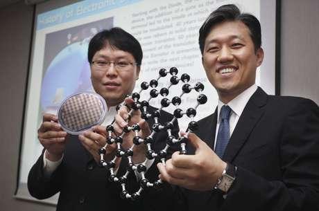 Dois pesquisadores da Samsung Electronics Co., o maior fabricante mundial de chips de memória para dispositivos de informática, apresentam a estrutura de um novo transístor fabricado com grafeno