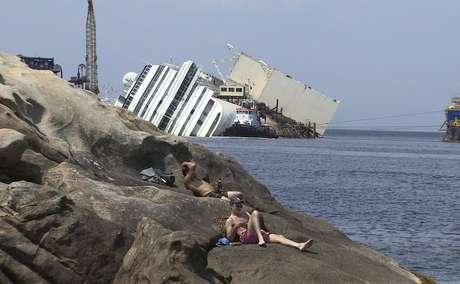 Imagem mostra o Costa Concordia ainda costa da Ilha de Giglio na segunda-feira