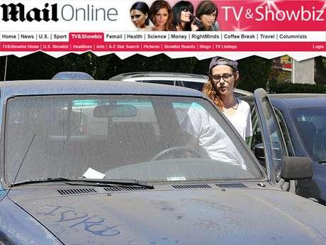 Kristen Stewart estava com o carro sujo e foi alvo de brincadeiras