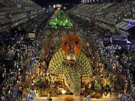<p>Atual campeã, a Vila Isabel se apresenta na Marques de Sapucaí no segundo dia de desfiles</p>