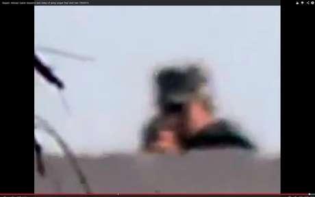No vídeo, atirador olha para a câmera antes de atirar