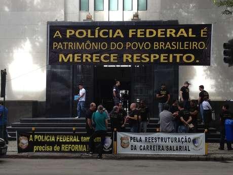 O grupo saiu em caminhada pela avenida Rio Branco em direção à Candelária