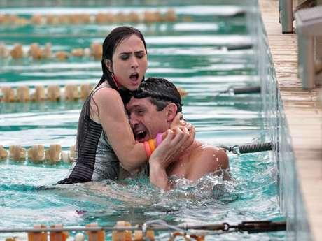 <p>Valdirene (Tatá Werneck) tenta seduzir Gustavo Borges mas se dá mal porque é jogada na piscina e não sabe nadar</p>