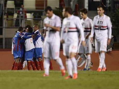 <p>Equipe baiana saiu atrás, mas viu adversário perderLuís Fabiano e Clemente Rodríguezantes de virar</p>