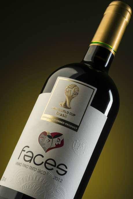 <p>O vinho tinto é feito com 11 variedades de uva</p>